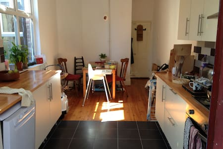 Lovely double bedroom (yellow room) - Stretford