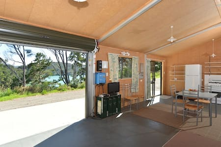GlamBach Overlooking Harbour - the WOW factor! - Whangaroa - Zomerhuis/Cottage