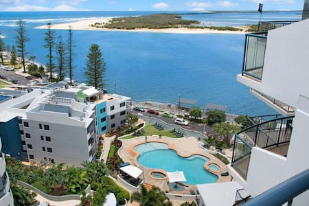 2 Bedrooom Ocean Views & Facilities - Caloundra - Flat