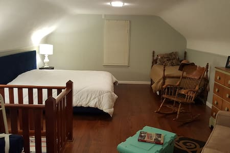Quiet & HUGE Private Rm/Bath Near Route 66 & SIUE - Edwardsville - Haus