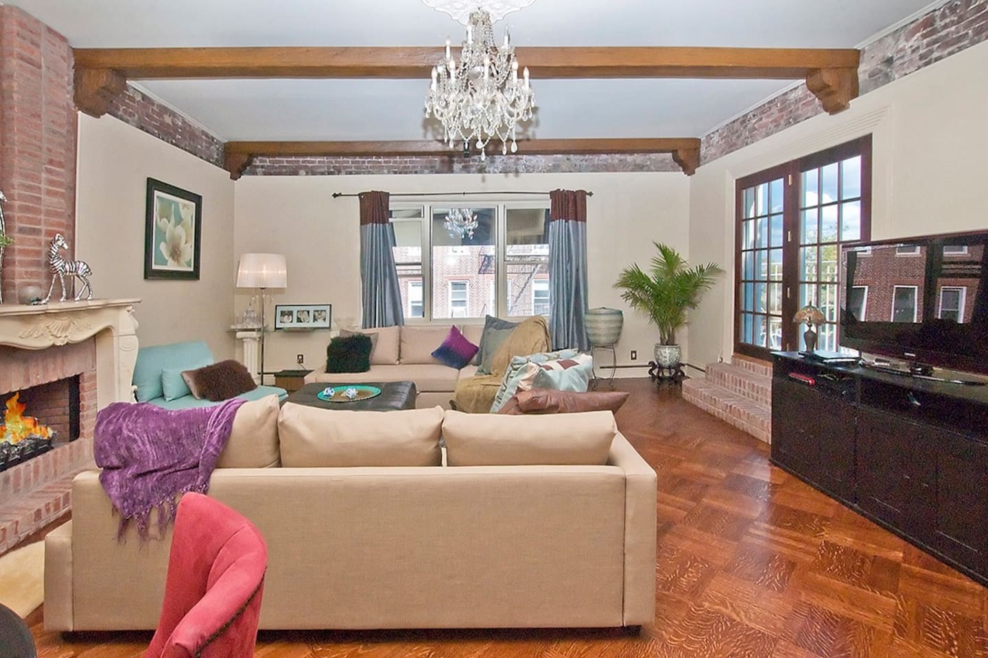 LIVING ROOM WITH LOTS OF CHARM FACING THE SKYLINE VIEW OF UPTOWN MANHATTAN