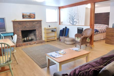 Cozy Private Studio - Close to Town - House