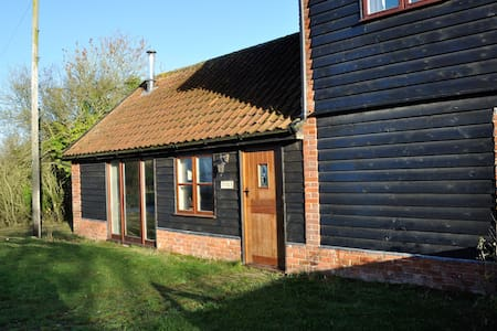 Cottage on a working farm sleeps 4 - Sweffling - Cabin