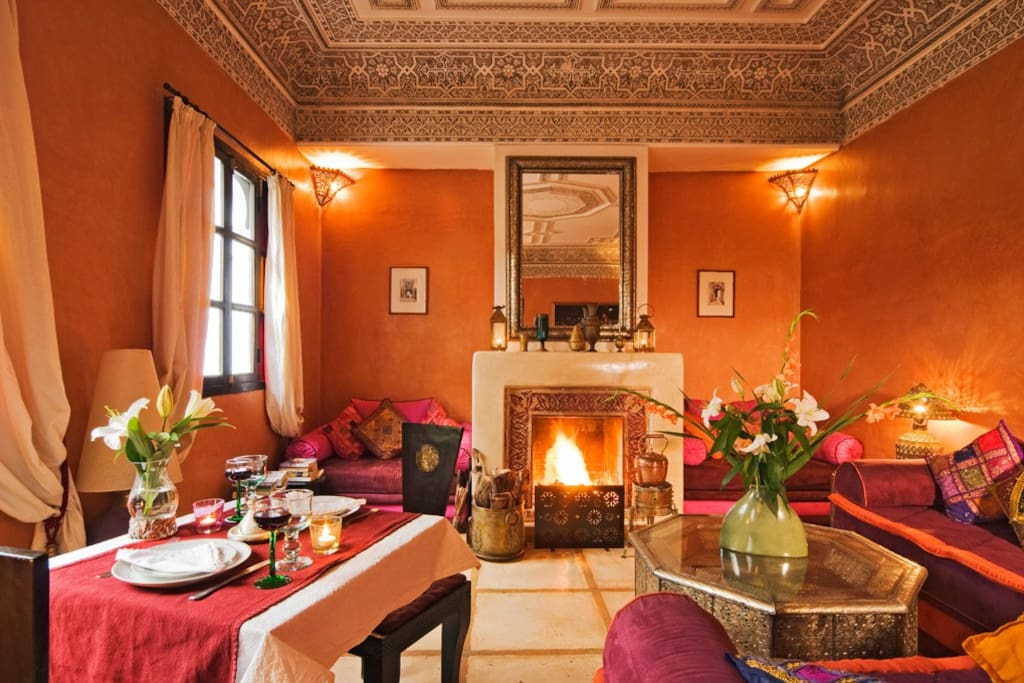 The cosy salon located across from the room is perfect for relaxing next to the fireplace, playing a game or meeting other travellers.