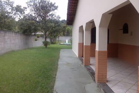 01 quarto e uma suite aconchegantes - Cachoeiras de Macacu - Casa