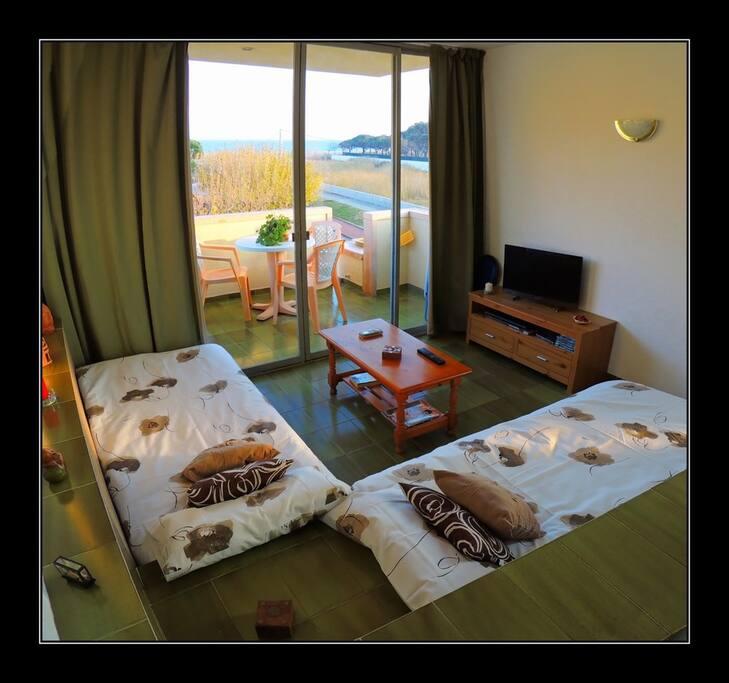 salón convertido en 2 camas individuales