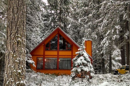Cozy Cabin that Accommodates 10. - House