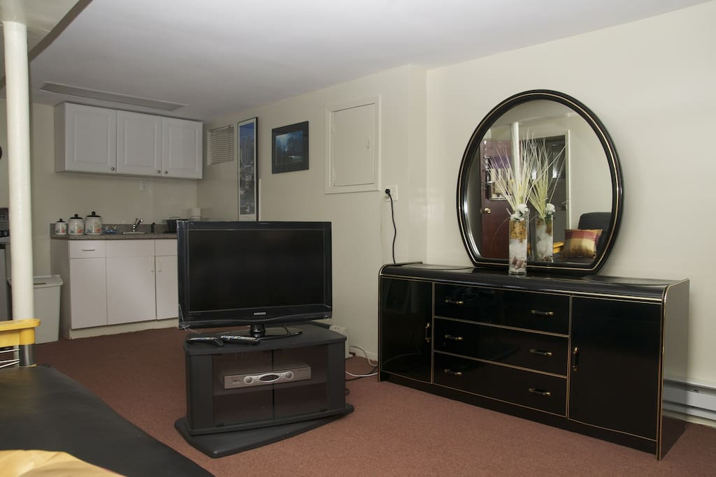 TV w/ cable, Dresser w/ Mirror