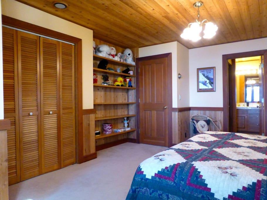 Spacious Lakefront Bedroom Suite2