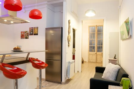 - BEST TOURISTIC LOCATION: 4 BLOCKS AWAY FROM THE RAMBLA, 2 FROM THE MACBA AND 7 FROM PLAZA CATALUNYA. - WIFI AND 2 LED TVs - COMPLETE KITCHEN & WASHING MACHINE - TOWELS, LINEN AND SOAP INCLUDED - WE CAN PROVIDE BABY COT, BATHTUB, HIGH CHAIR