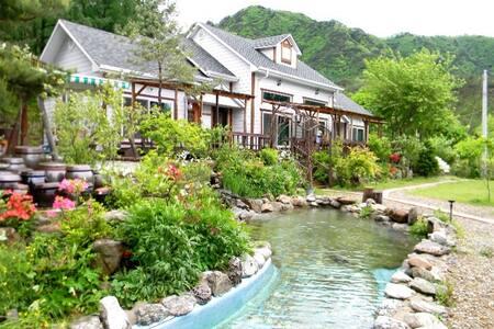 히노키나무로 인테리어된 복층구조의 팬션입니다(해바라기) - Bed & Breakfast