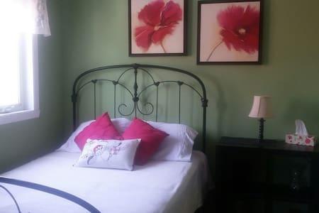 Cozy room, double bed, quiet area - Brossard - Bed & Breakfast