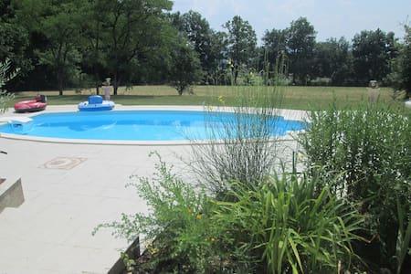 Ch mansardée - wc - sdb - piscine - Maison
