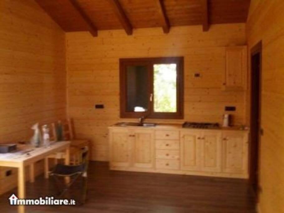cucina con stufa a legna