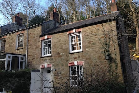 2 Bed Cottage, heart of the village - House