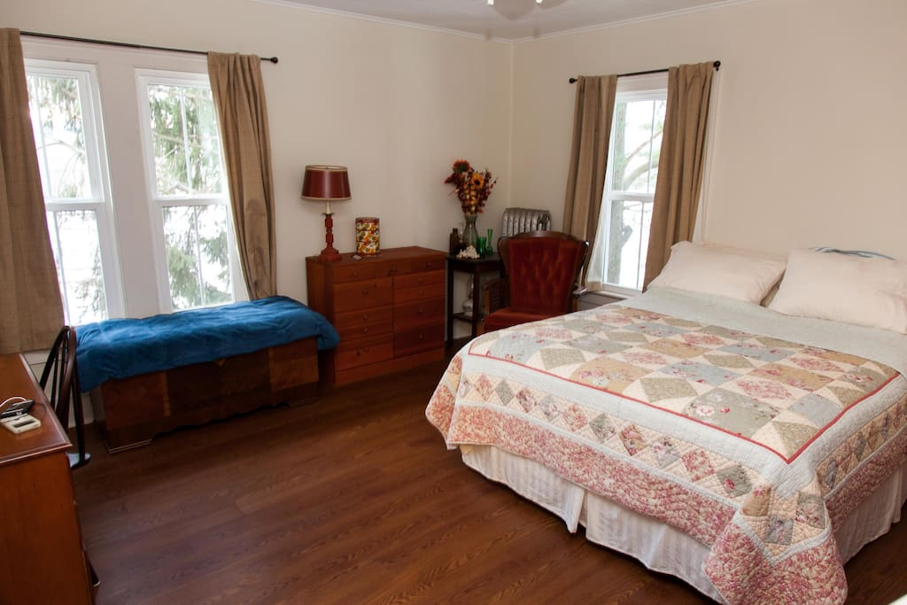 Upstairs bedroom 1 with queen bed, hardwood floors and antique furnishings