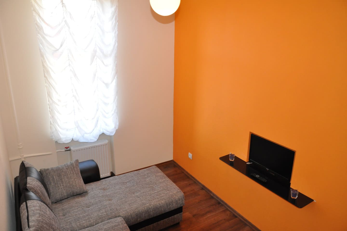 Orange Apartments: Small Studio
