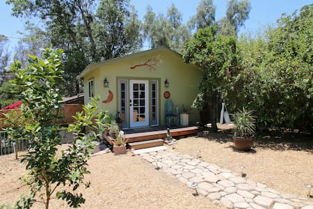 Cozy, private bungalow (and cute pig!) Central SD - San Diego - Bungalow