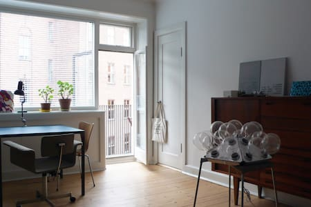 Central and bright studio flat.