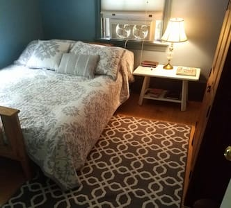 Cozy small BR/private Bath for1or2 - 레녹스(Lenox)