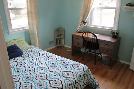 Sunny, private, quiet room near UMD, NASA Goddard - Berwyn Heights - House