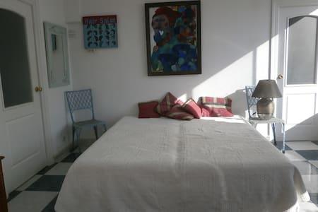 Sonniges Gartenzimmer mit Terrasse - Estepona