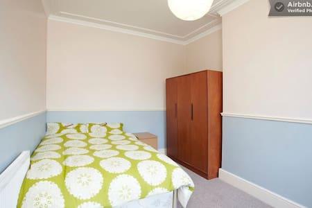 The Nest - cosy room nr city centre - Leeds - Casa
