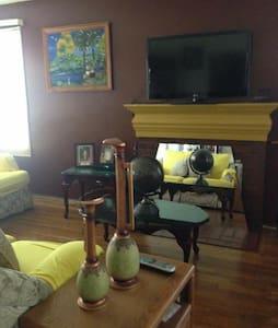 Nice bedroom in clean house in quiet neighborhood - Norwalk - Maison