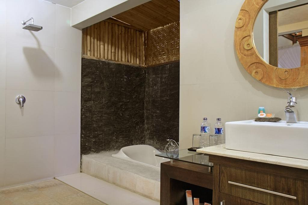 The semi-outdoor bathroom of Villa Prema Sari has a full bath