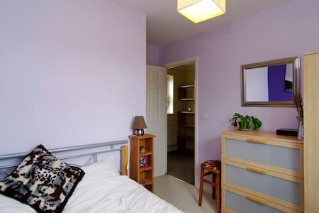 Cosy double room with own bathroom - Aylesbury