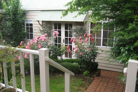 Garland Cottage Bed and Breakfast - Hamilton