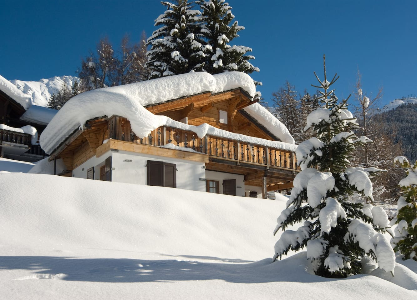Ski In/Out, located on slopes yet only a 2,3 minute walk to the road and a 10 minute walk to the village
