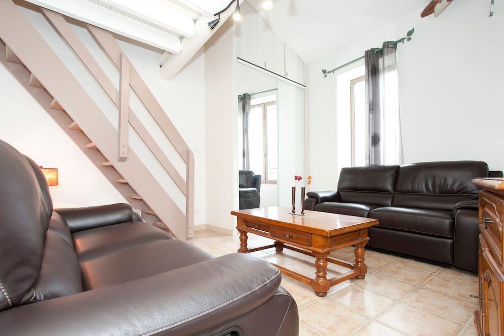 salon avec l'escalier  amenant a la mezzanine