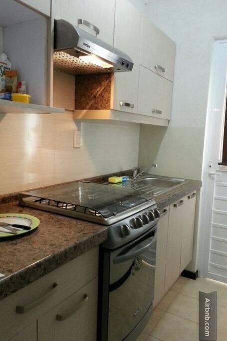 Pequeña pero funcional  cocina integral/Small but functional brand new kitchen