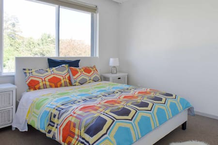 A cosy private room in the popular Northcote - Fairfield - Apartment