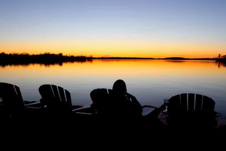 Lakeshore Retreat on Buckhorn Lake/3 rooms  6 ppl - Aamiaismajoitus