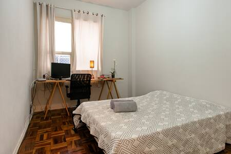 Bedroom in a charming apartment in the best place of Rio: 15 min to Copacabana and to Sugarloaf, 5 min to Flamengo Park. Close to a good supermarket. You can use the kicthen and all the facilites. We have a sweet cat. Will be a pleasure to host you!