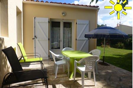 Adorable studio avec jolie terrasse et jardinet - Lägenhet