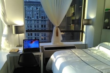 Cozy Wall St corner w/ work space & great view - New York - Apartment