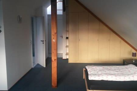 Privates Dachbodenzimmer - Rumah