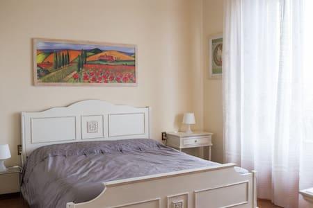 Roses House  APARTMENT WITH  PRIVATE PARKING - Campi Bisenzio - Rumah