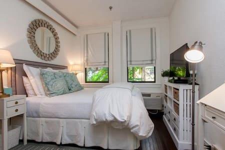 Quaint Palm Beach Cottage Apartment - Apartment