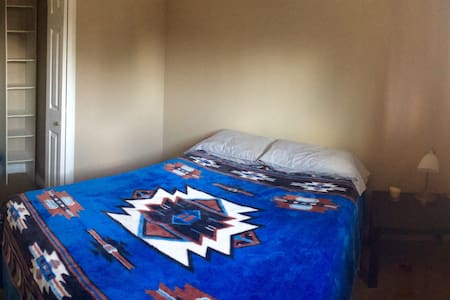 Quiet, clean, spacious downtown room with wifi - Fort McMurray - House