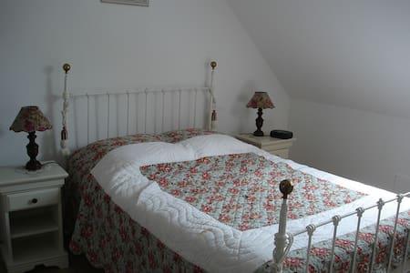 """Chambre d'hôtes """"Tournesol"""" à la campagne - Guesthouse"""