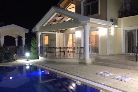 Роскошная вилла с бассейном и садом - 一軒家