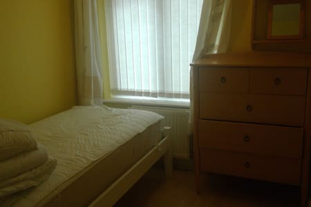 Single Room in quite location - Swindon - Bungalou