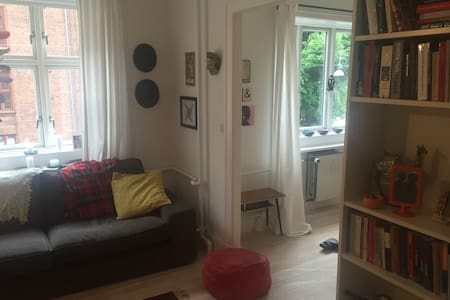 Private bedroom + living room in leafy inner area - København - Apartment