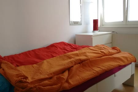Doppelbett mit frischer Bettwäsche - Vienna