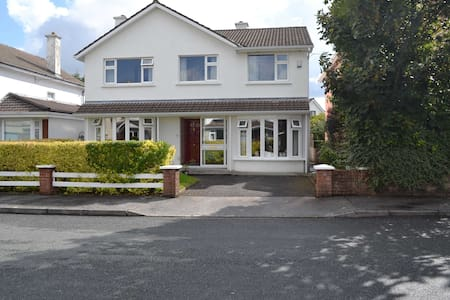 2 Rooms available in Family home by the Beach - Galway - House