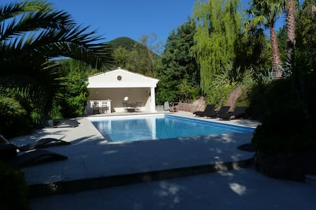 Charming Cottage with Private Pool and Gym - Konukevi